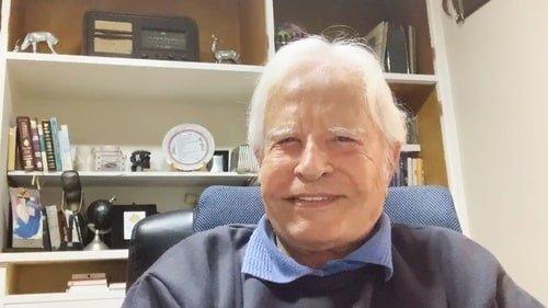 Aos 93 anos de idade, Cid Moreira retorna ao rádio